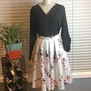 White pleated floral print midi flared skirt. Med
